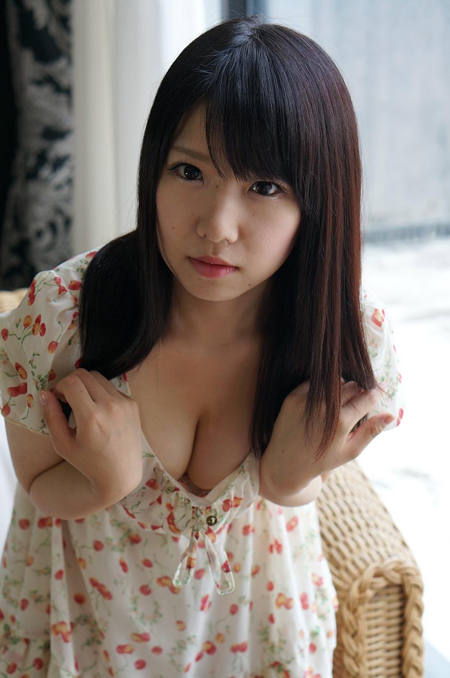 愛須心亜のおっぱい谷間グラビア