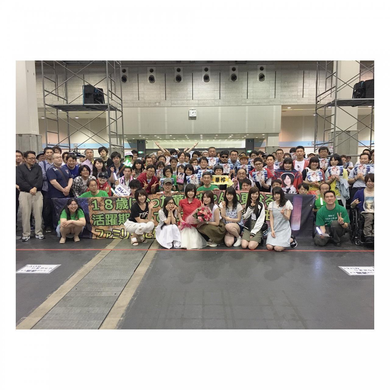 AKB48メンバーとファンの集合写真でがっつりしゃがみパンチラしてる女ファン