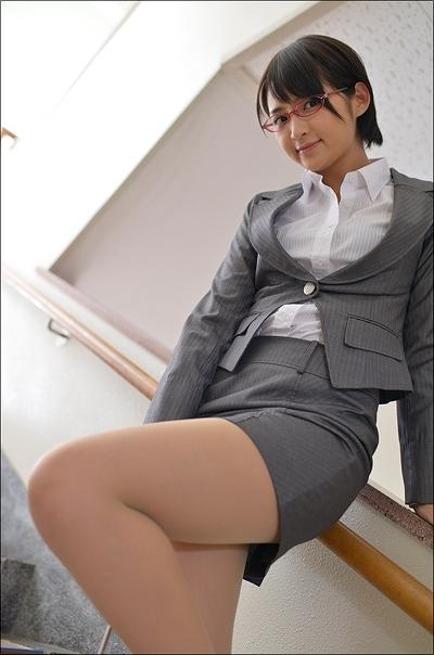 教室でスーツ姿の鈴木咲