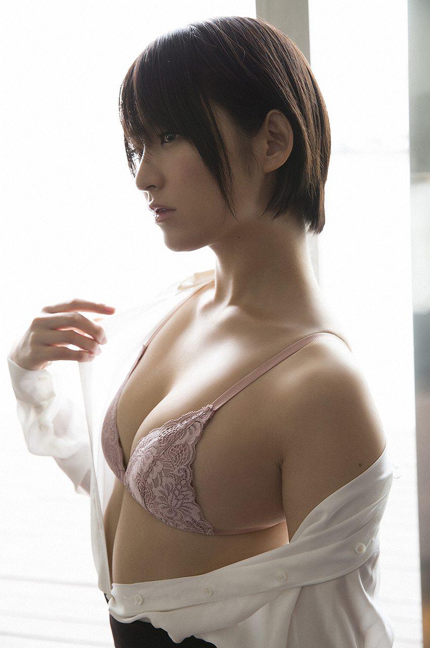 鈴木咲の下着グラビア