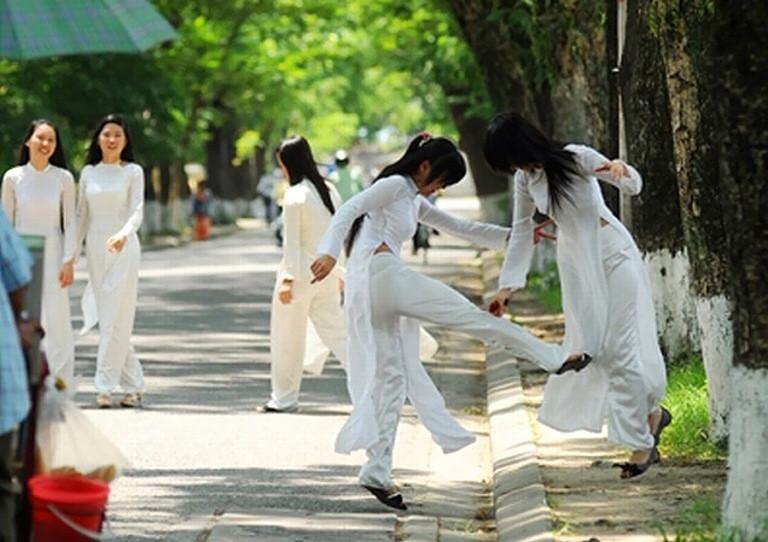 アオザイを着たベトナムの女子高生