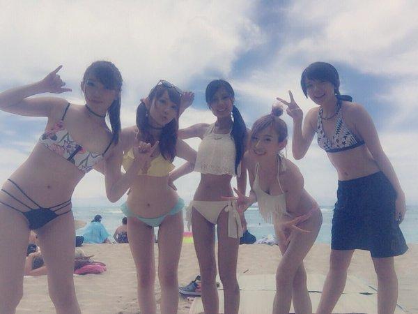 ハワイのビーチでビキニの水着を着た仮面ライダーGIRLS(秋田知里、井坂仁美、遠藤三貴、鷲見友美ジェナ、黒田絢子)