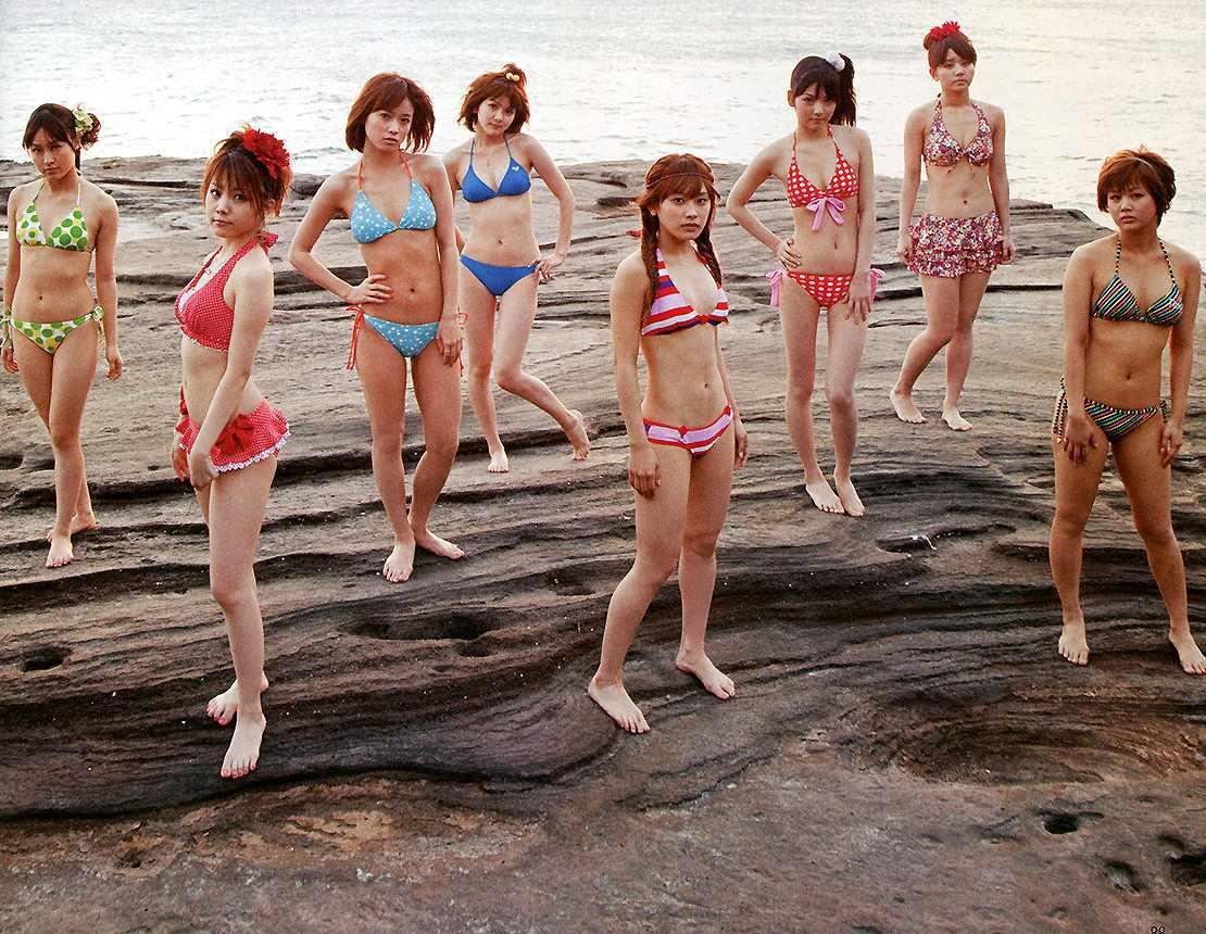 海で水着を着たモーニング娘。(藤本美貴、高橋愛、田中れいな、道重さゆみ、他)
