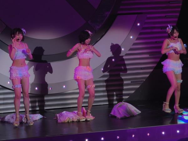 ビキニの水着のようなステージ衣装を着た須藤凜々花