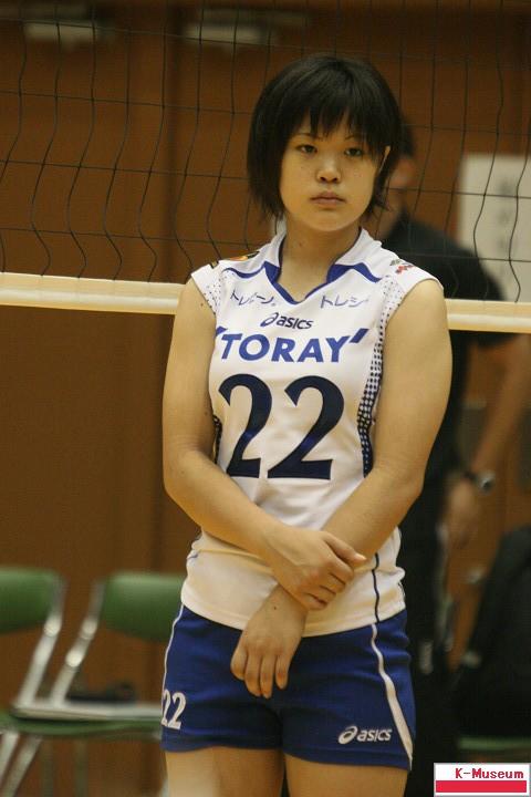 バレーボールユニフォームを着た木村美里(木村沙織の妹)