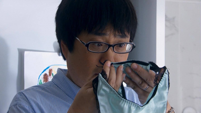 ドラマ「不機嫌な果実」、女の子のパンツを脱がして匂いを嗅ぐ六角精児