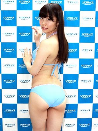 初DVD「恋糸ラプソディ」の発売記念イベントでソフマップに登場した藤本彩美