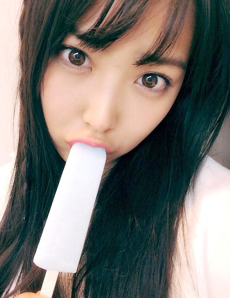 棒アイスを咥えた白間美瑠の自撮り画像