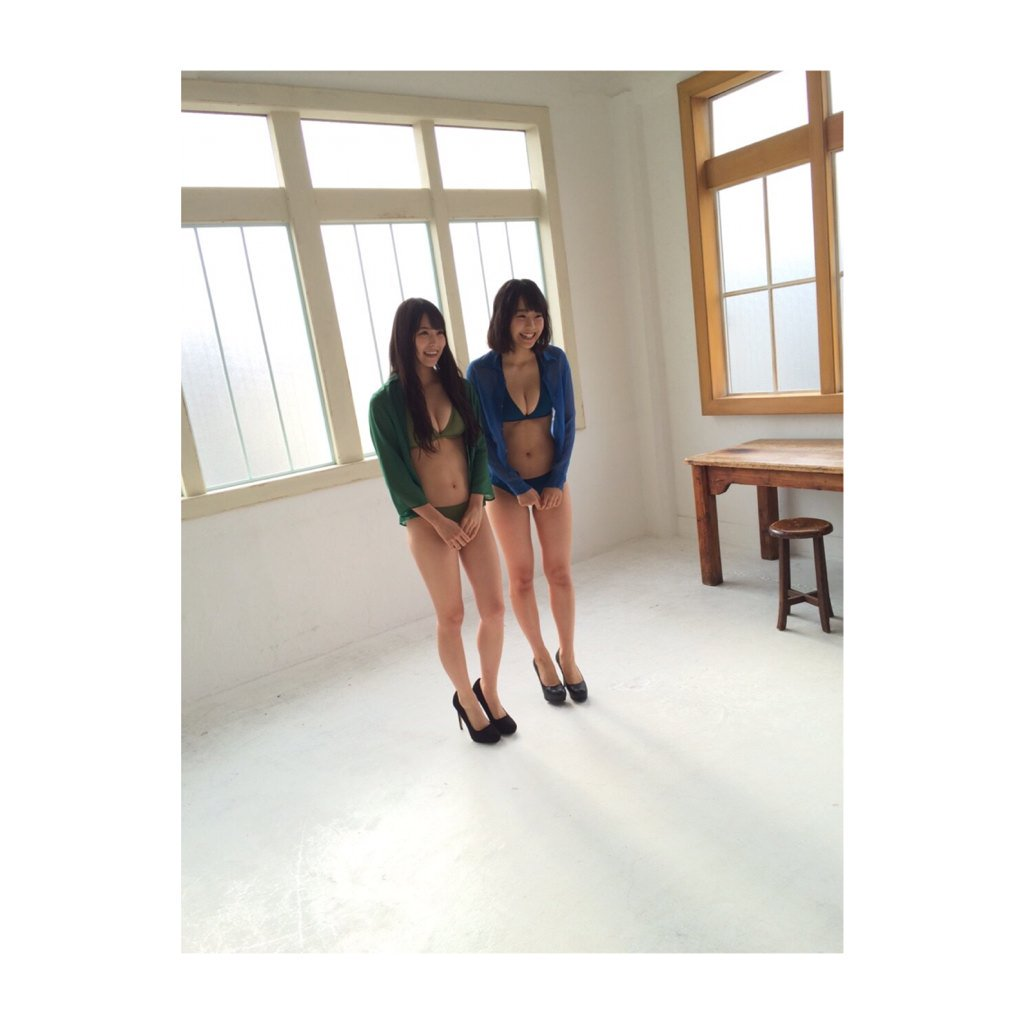 白間美瑠と加藤夕夏の水着グラビアオフショット