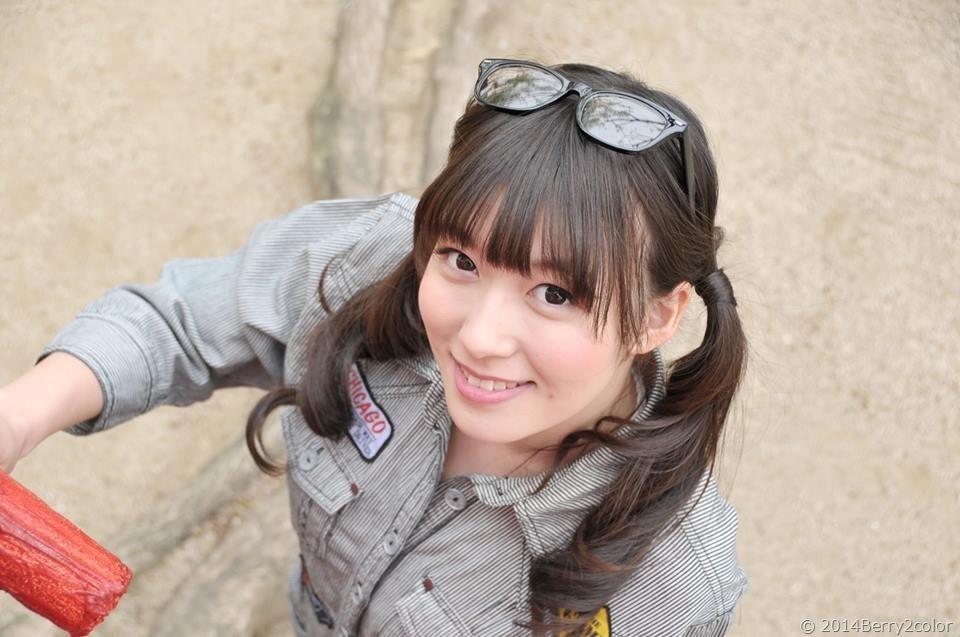 ご当地アイドル時代の阿部華也子(作業着を着た阿部華也子の着衣おっぱい)