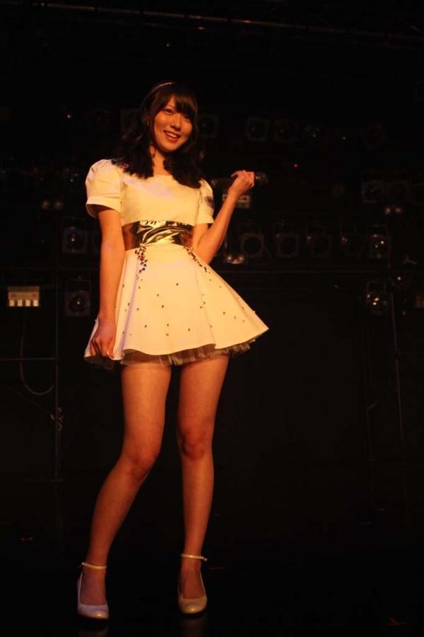 ご当地アイドル時代に超ミニスカート衣装を着た阿部華也子の太もも