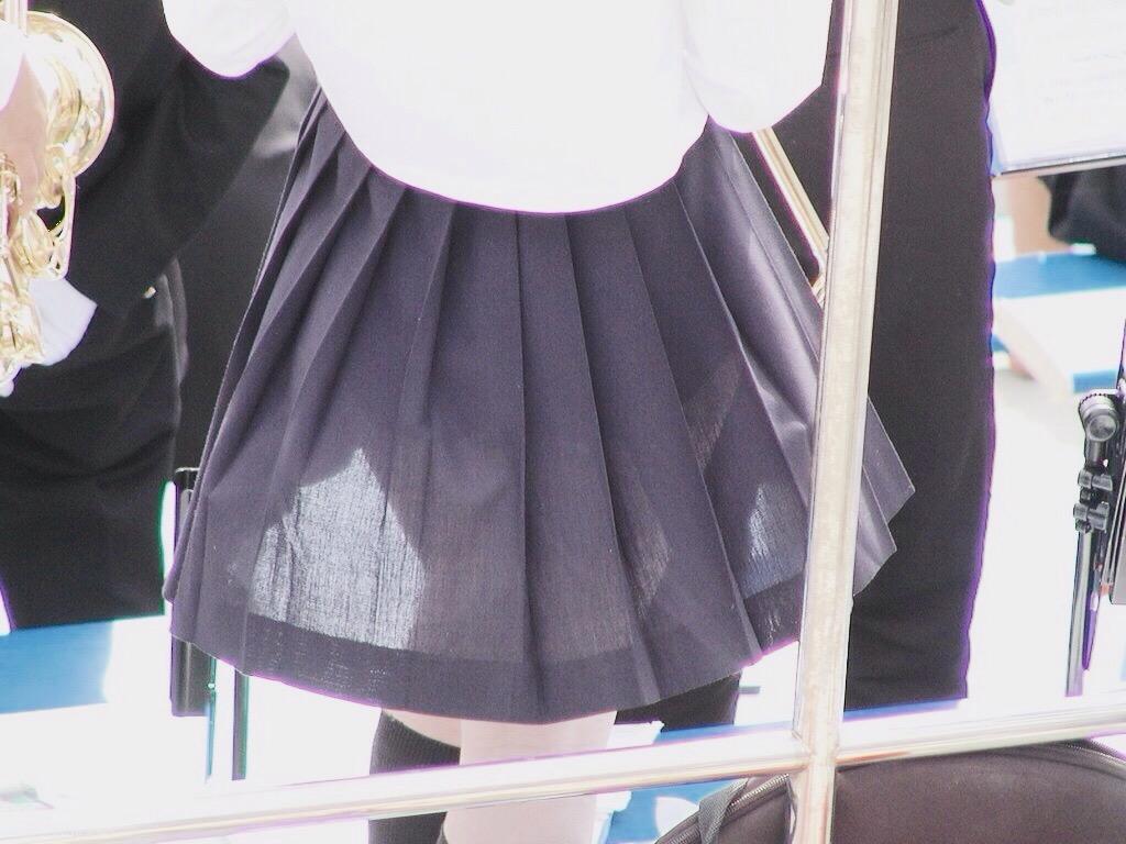 制服のスカートからパンツが透けてる画像の彩度を変えてパンツスケスケにした画像
