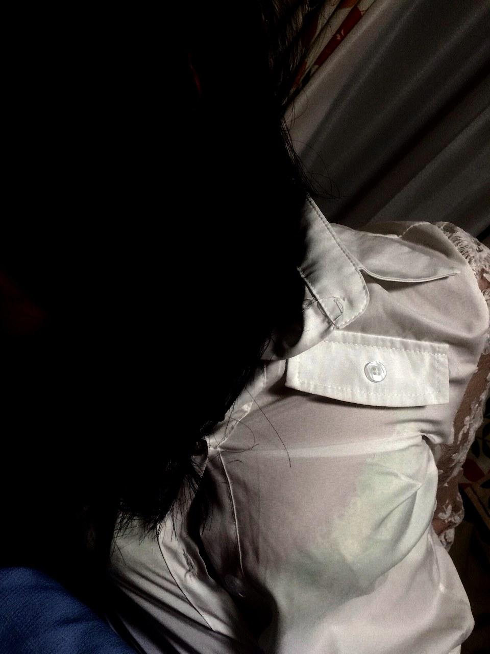 薄い服でブラジャーが透けてる画像の彩度を変えてブラジャースケスケにした画像