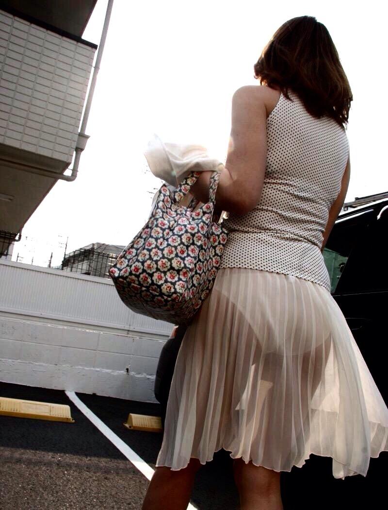 薄いスカートからパンツが透けてる画像の彩度を変えてパンツスケスケにした画像