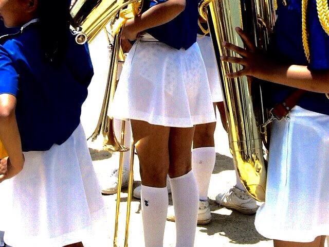 白いスカートからパンツが透けてる画像の彩度を変えてパンツスケスケにした画像