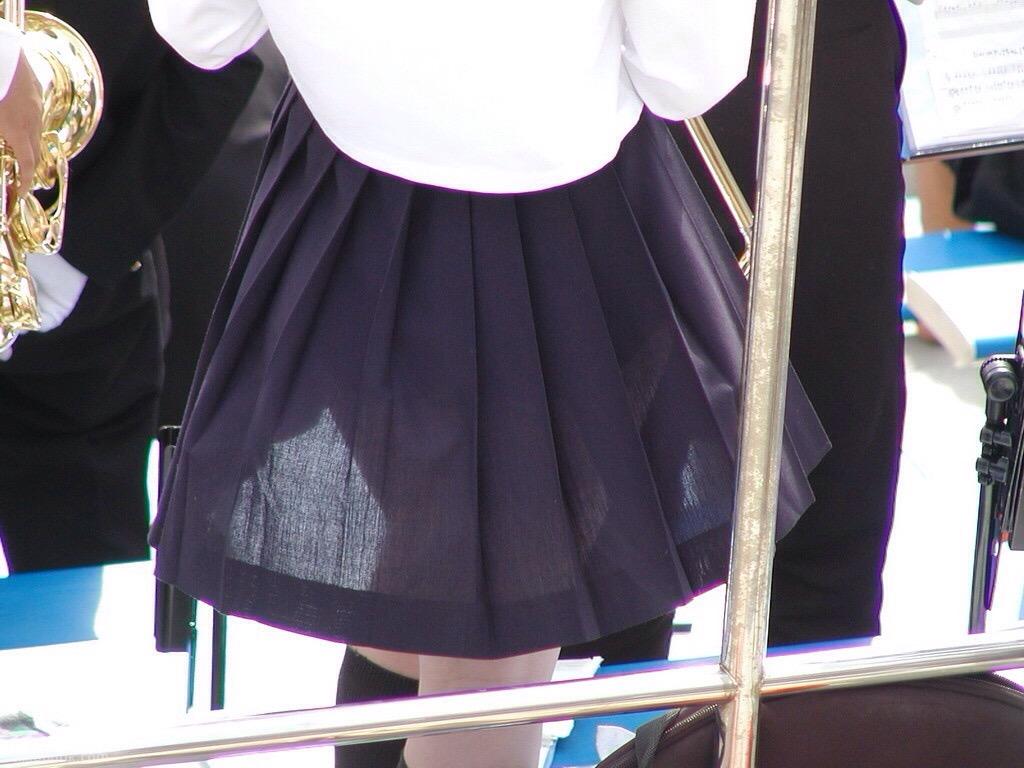 制服の夏スカートからパンツが透けてる女の子