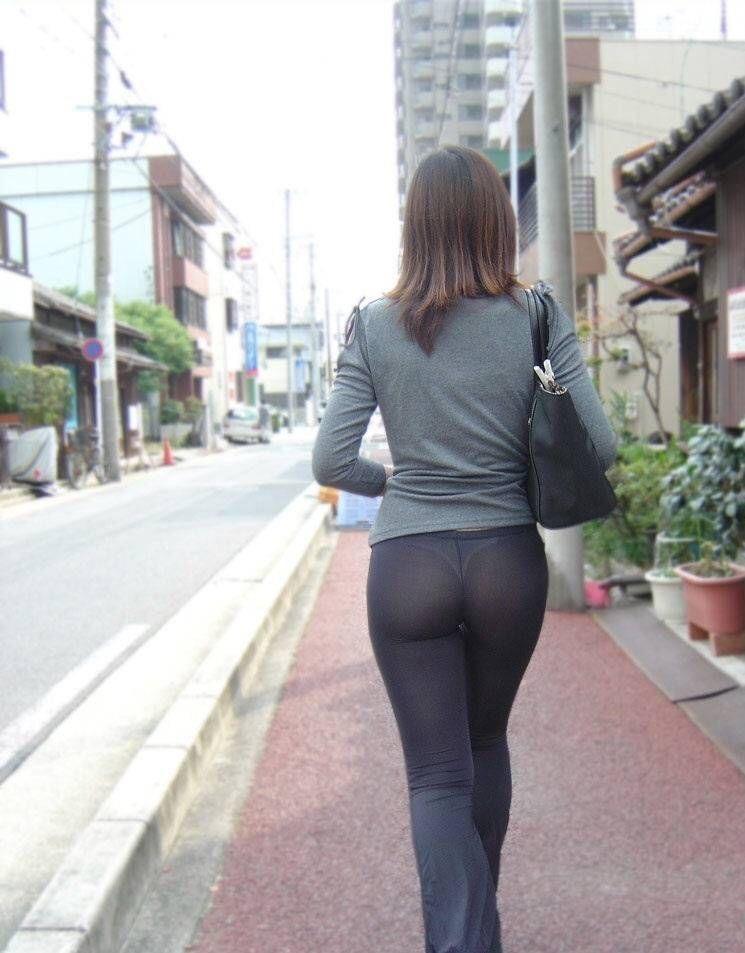 ぴっちりズボンを履いてパンツが透けてる女の後ろ姿