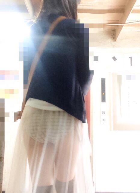 薄いスカートを履いてパンツが透けてる女の子