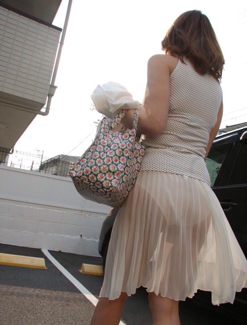白いスカートを履いてパンツが透けてる女の子
