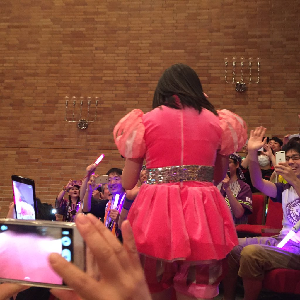 ステージ衣装を着たももクロのピンク佐々木彩夏の背中