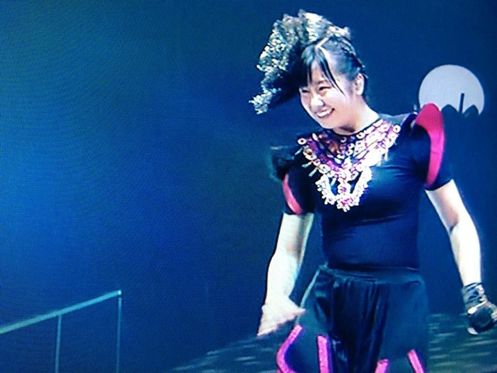 ステージ衣装を着たももクロのピンク佐々木彩夏の肉体