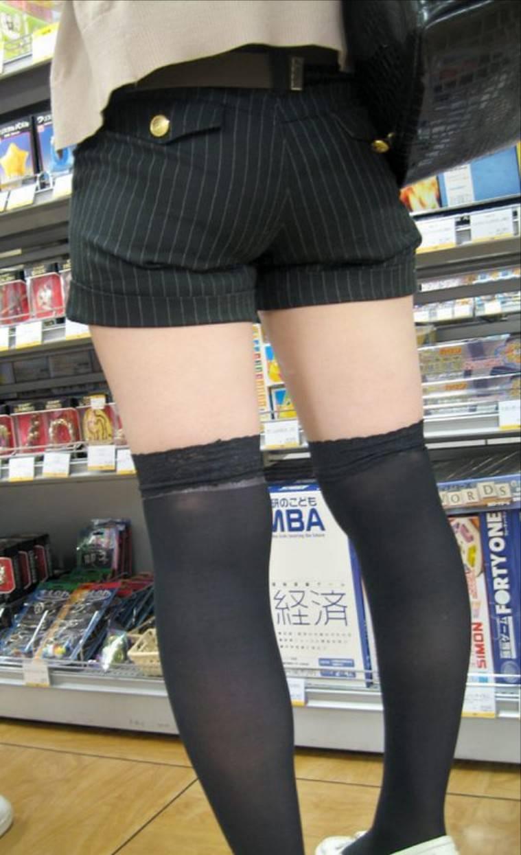 ショートパンツで履いた女の子の太もも