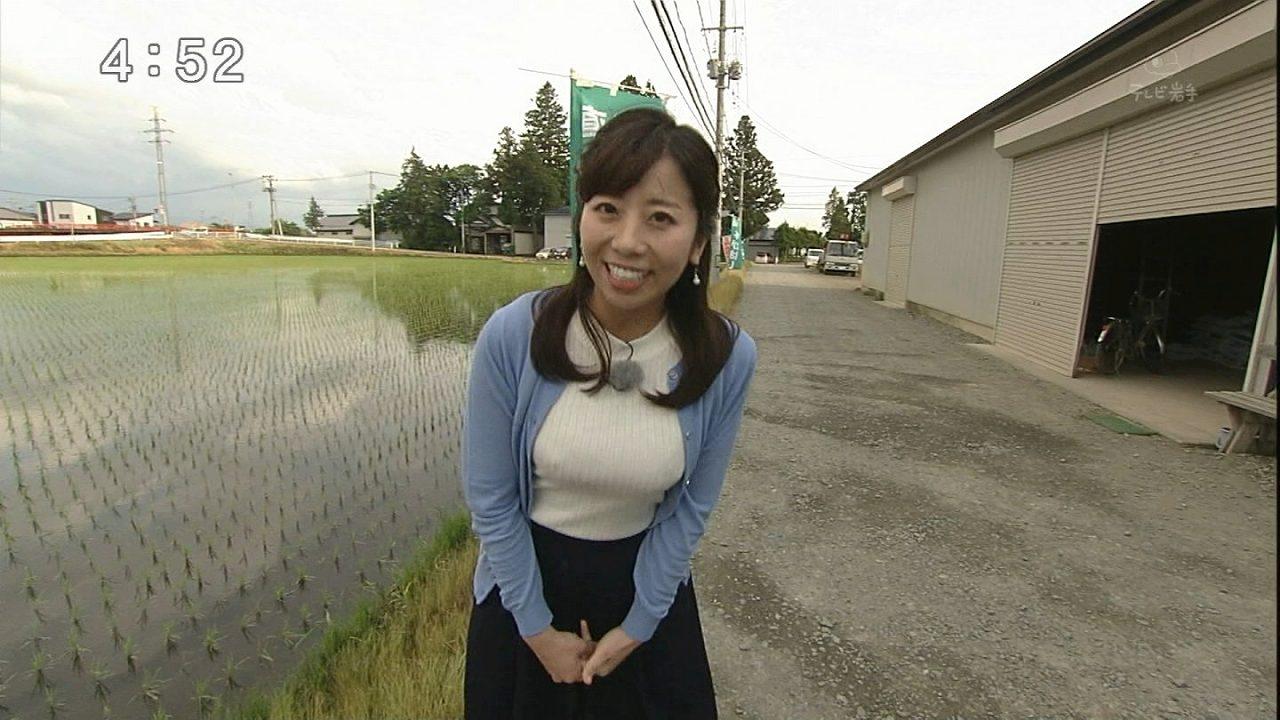 ニットを着てリポートをするテレビ岩手・江口アミの着衣巨乳