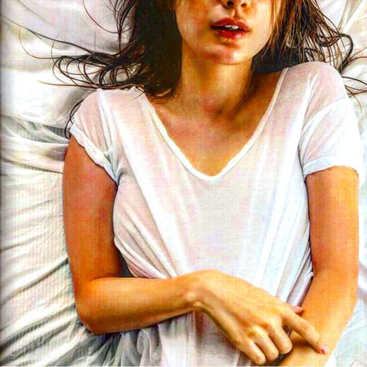 ノーブラで白いTシャツを着たマギーの透け乳首グラビア