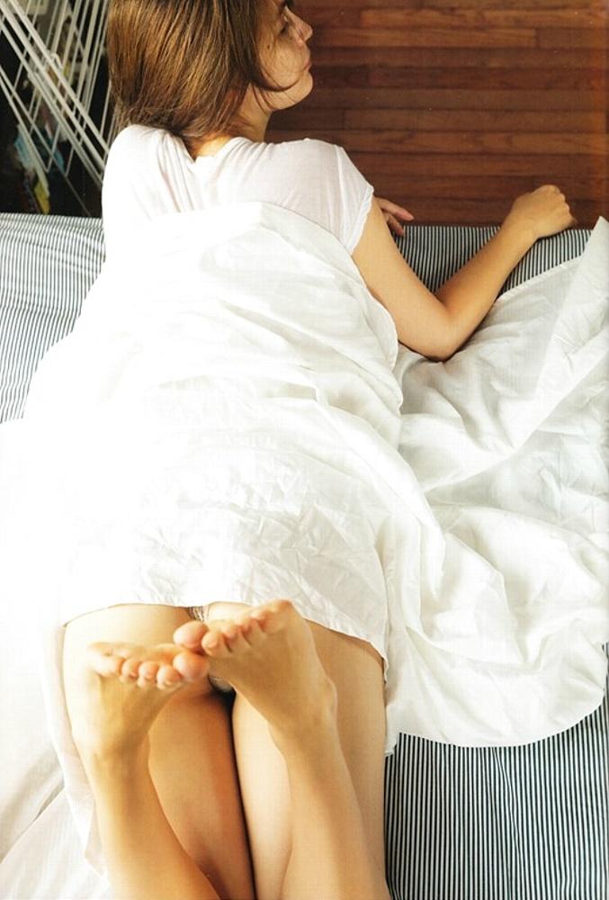 マギー写真集「Your まぎー」画像(ベッドに下着で横たわるマギー)