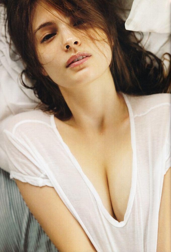マギー写真集「Your まぎー」画像(白いTシャツでおっぱい谷間を見せてるマギー)