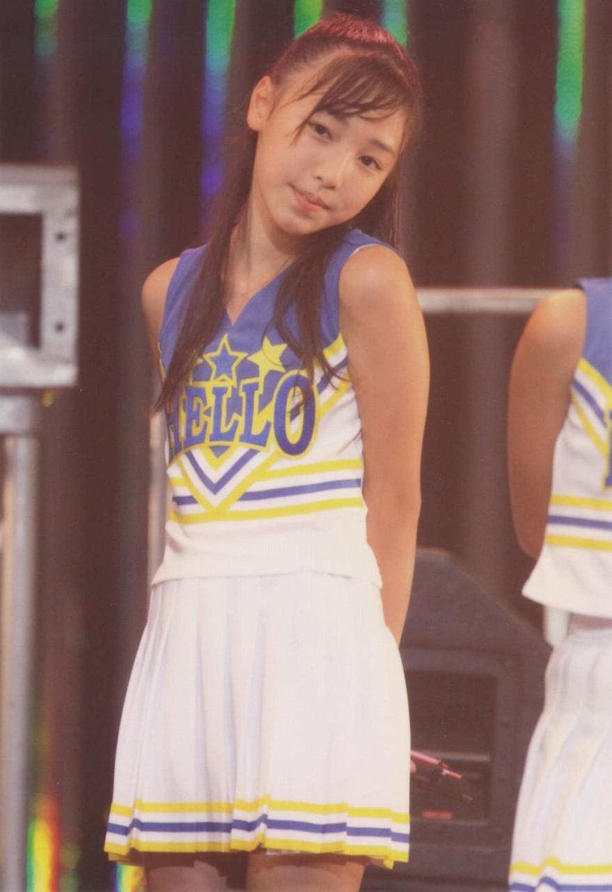 ステージでチアガール風衣装を着た12歳の時の譜久村聖(モーニング娘。)