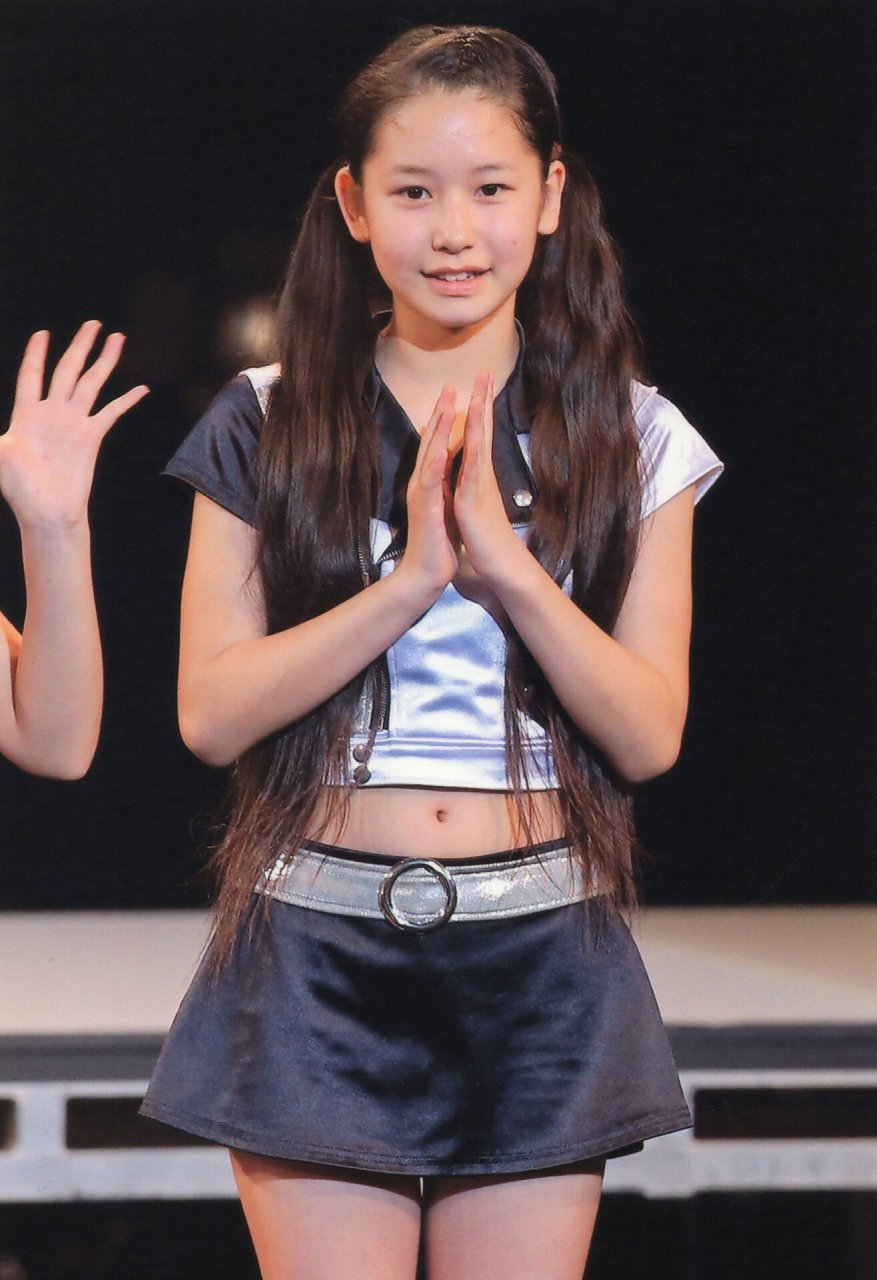 ステージでセクシーな衣装を着た笠原桃奈