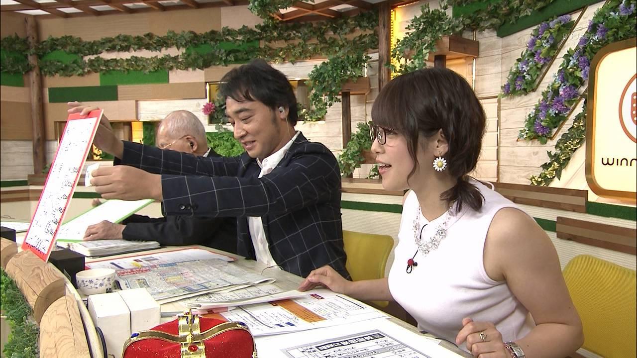 テレ東「ウイニング競馬」でノースリーブ衣装を着た鷲見玲奈アナの着衣横乳
