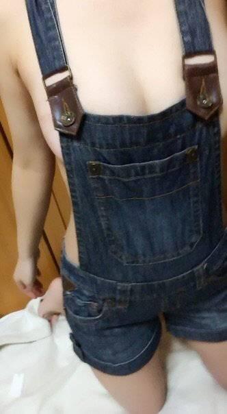 裸でサスペンダーパンツを履いた巨乳エロ自撮り