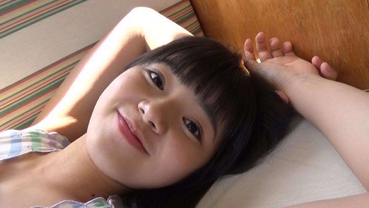 こぶしファクトリー・浜浦彩乃のファースト写真集メイキングDVD画像(タンクトップにショートパンツで寝そべる浜浦彩乃)
