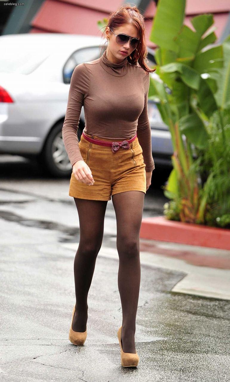 薄い服を着た女の着衣巨乳