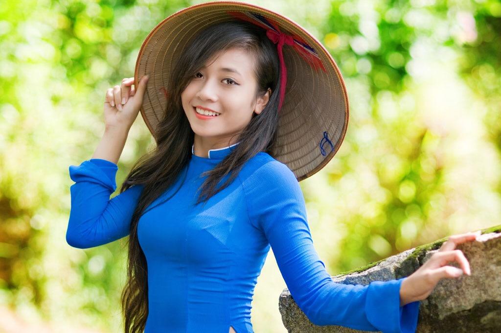 アオザイを着た女の着衣巨乳