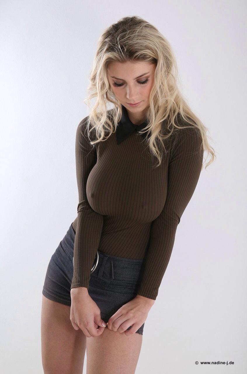 ニットを着た女の着衣巨乳