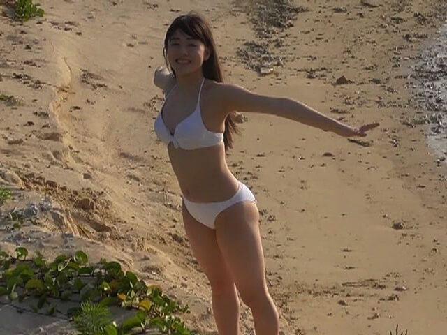 ビキニの水着を着たNGT48の加藤美南