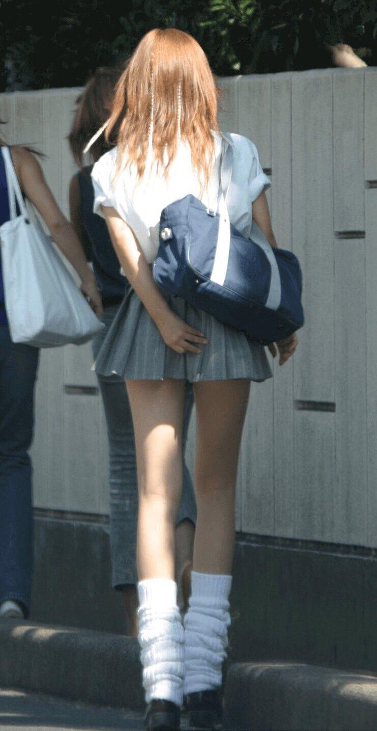 超ミニスカート制服を着たJKの太もも