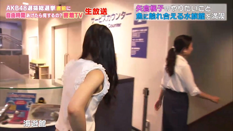 abemaTVの生放送、ノースリーブの服を着た矢倉楓子の横おっぱいポロリ