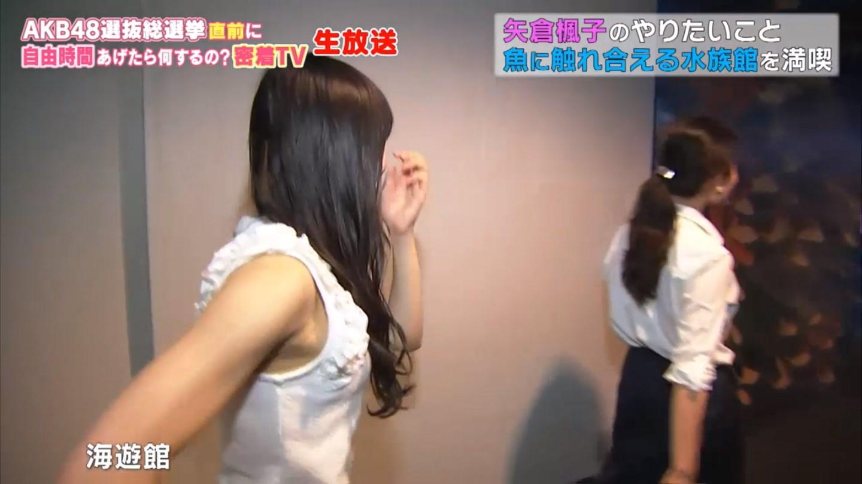 abemaTVの生放送、ノースリーブの服を着た矢倉楓子のワキ