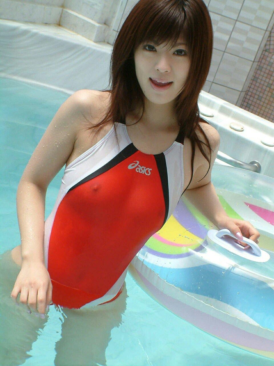 競泳水着を着てチクビが透けてる女
