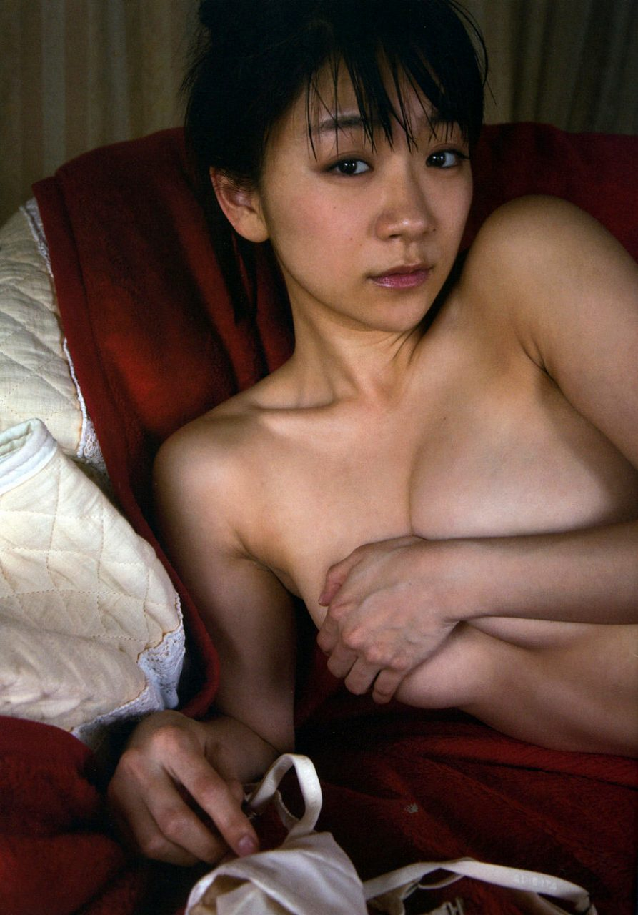 時東ぁみ写真集「戀人よ」画像、手ブラの時東ぁみ