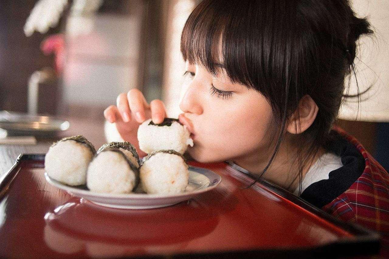 おにぎりを食べる佐々木希のグラビア