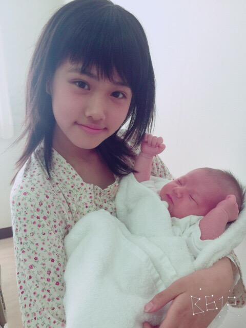 12歳で出産した美少女、原菜乃華と赤ちゃん