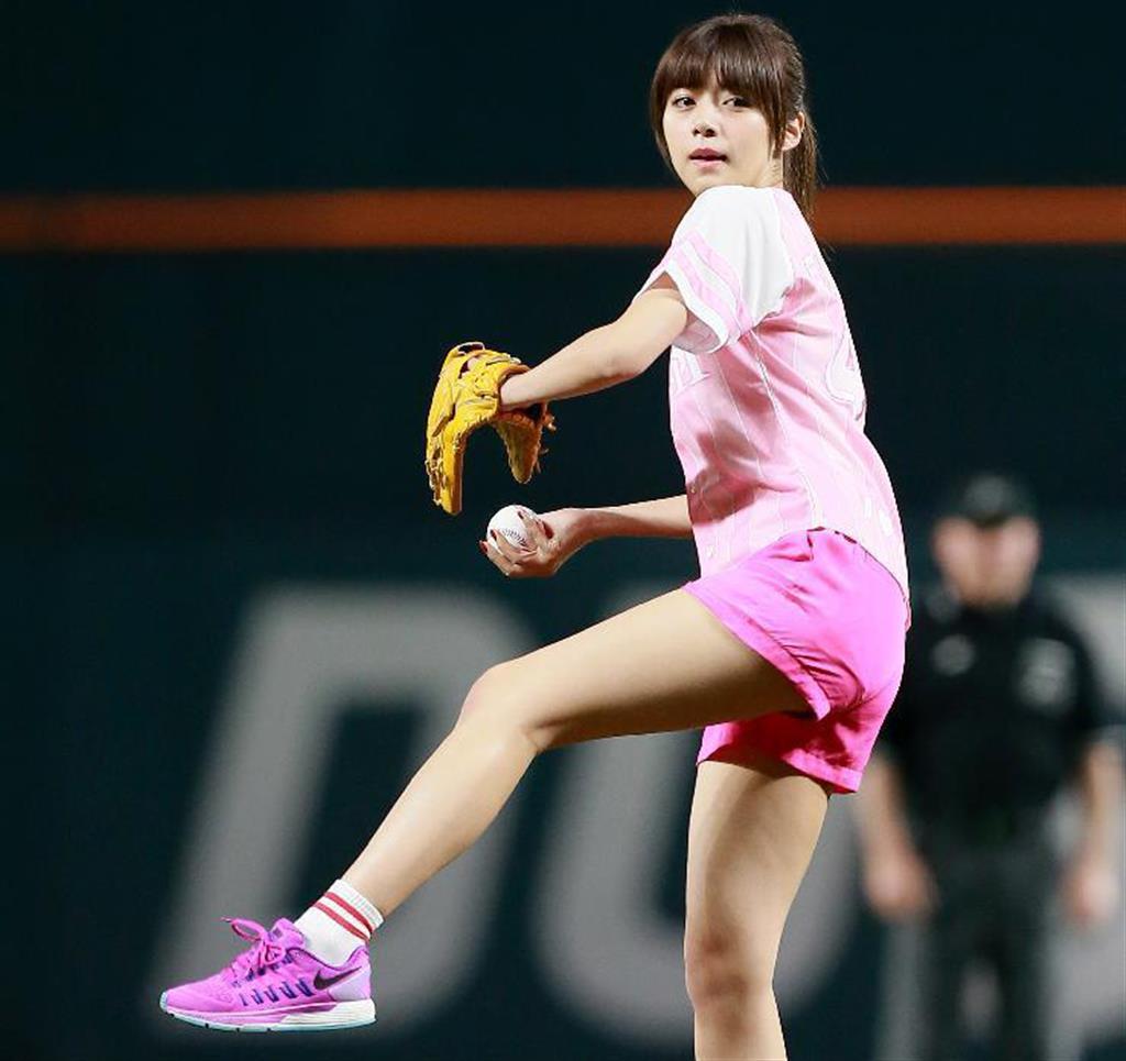 始球式でショートパンツで投げる池田エライザ