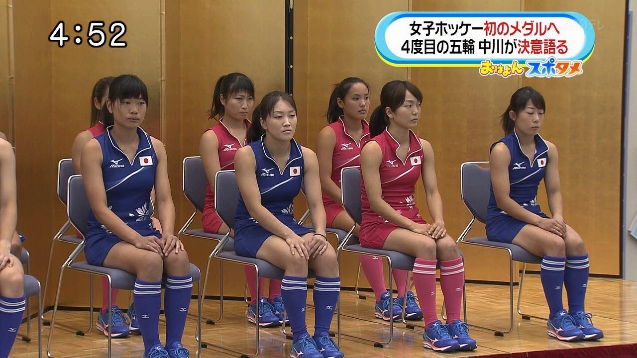 新しいユニフォームを着た女子ホッケー選手