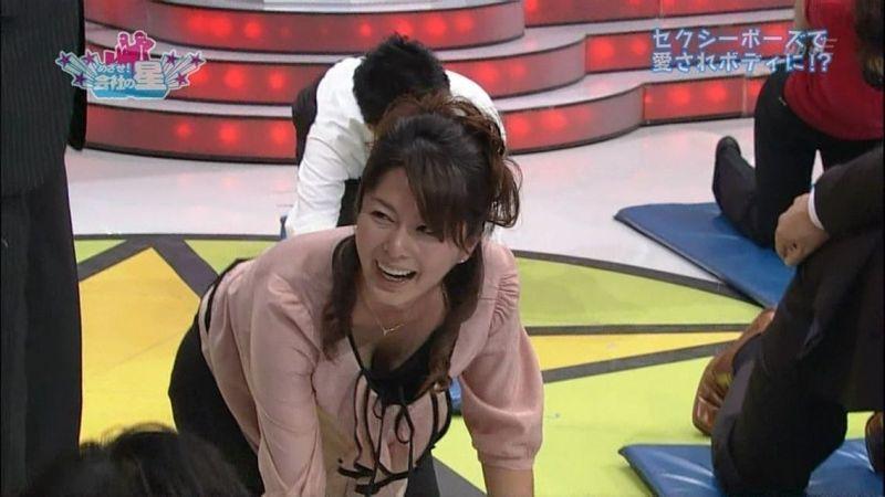 胸元ユルユル衣装でかがんでおっぱいポロリしている杉浦友紀アナ