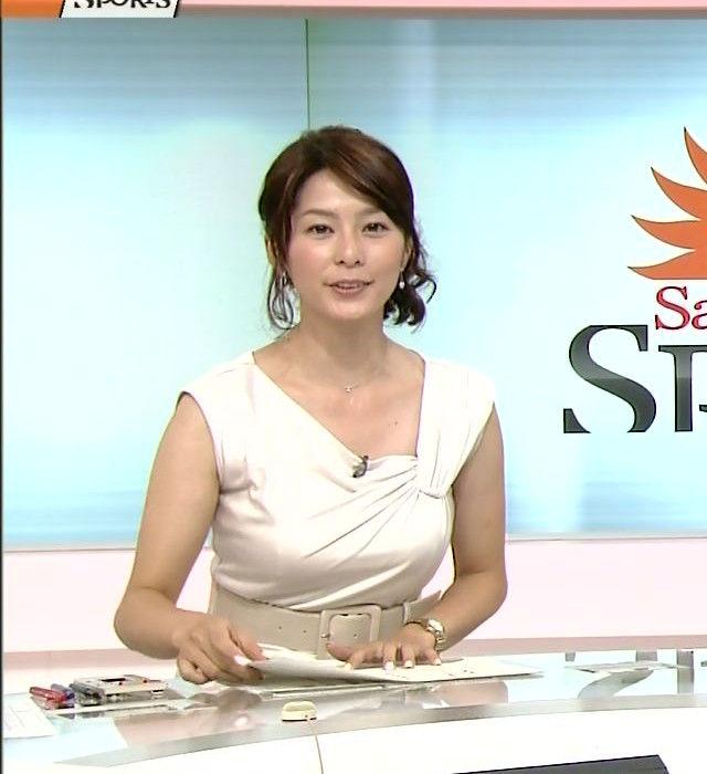 セクシーな衣装を着た杉浦友紀アナの着衣巨乳